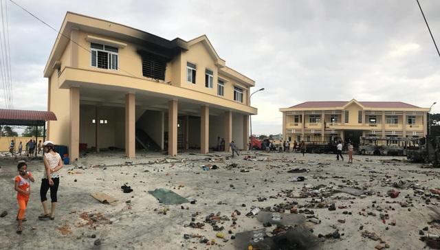 Hiện trường vụ các đối tượng quá khích đập phá tại trụ sở của Cảnh sát PCCC Bình Thuận (Ảnh: Phạm Nguyễn)
