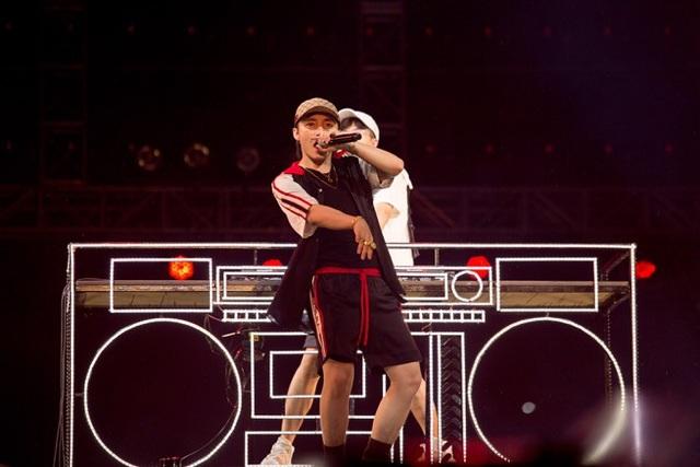 """Sơn Tùng và DJ Onionn khiến khán giả bùng nổ khi biểu diễn ca khúc """"Chạy ngay đi"""""""