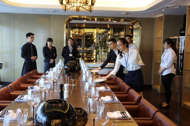 Học viên ngành Quản trị Khách sạn trường Quốc tế CHM thực hành nghiệp vụ F&B tại InterContinental Hanoi Landmark 72.