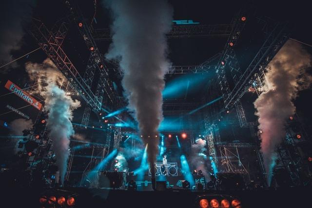 Màn trình diễn bùng nổ nhờ hiệu ứng ánh sáng, sân khấu