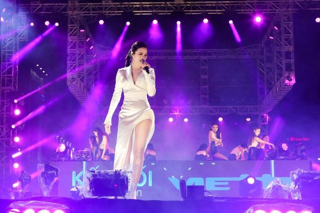 Đông Nhi xuất hiện lộng lẫy hơn trên sân khấu được dàn dựng công phu