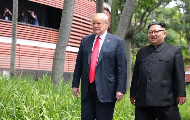 Sau khi kết thúc bữa trưa tại khách sạn Capella cùng các quan chức cấp cao của Mỹ và Triều Tiên, Tổng thống Trump và nhà lãnh đạo Kim Jong-un đã cùng nhau tản bộ trong khuôn viên khách sạn này.