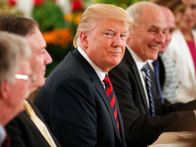 Tổng thống Trump cùng các quan chức Mỹ dự bữa trưa với Thủ tướng Singapore Lý Hiển Long ngày 11/6 (Ảnh: Reuters)