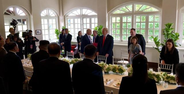 Tổng thống Trump và nhà lãnh đạo Kim Jong-un ăn trưa kết hợp làm việc (Ảnh: ST)