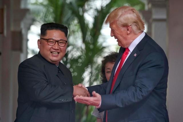 Hai nhà lãnh đạo nhiều lần bắt tay nhau trong cuộc gặp tại Singapore (Ảnh: Reuters)