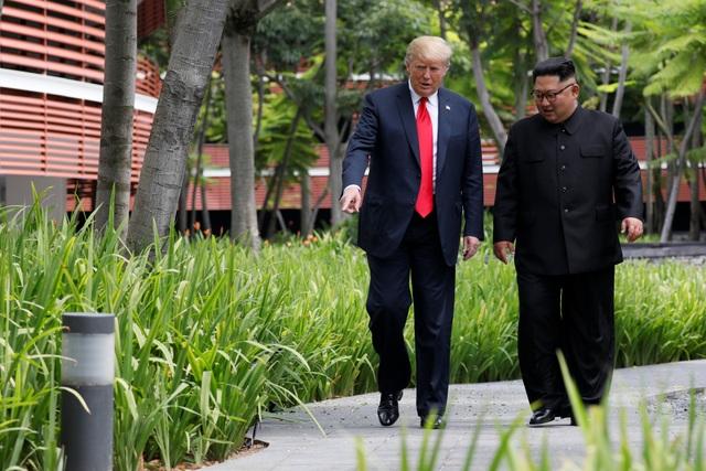 Từng có thời gian du học ở Thụy Sĩ khi còn nhỏ, ông Kim Jong-un được cho là có khả năng sử dụng tiếng Anh trong việc giao tiếp. Sáng nay, ông cũng đã mở đầu cuộc gặp mặt với nhà lãnh đạo Mỹ bằng một câu chào bằng tiếng Anh.