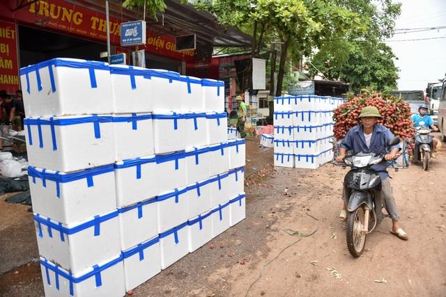 Những thùng vải đã được đóng đầy xếp dọc đường chờ bốc lên xe đi tiêu thụ.