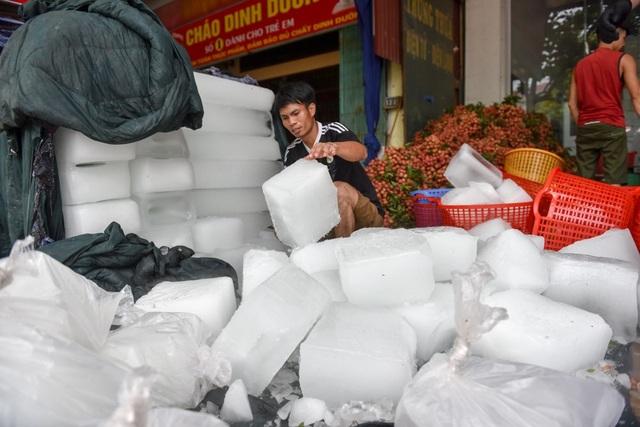 Đá lạnh được sử dụng nhiều để ướp vải trước khi đóng thùng.