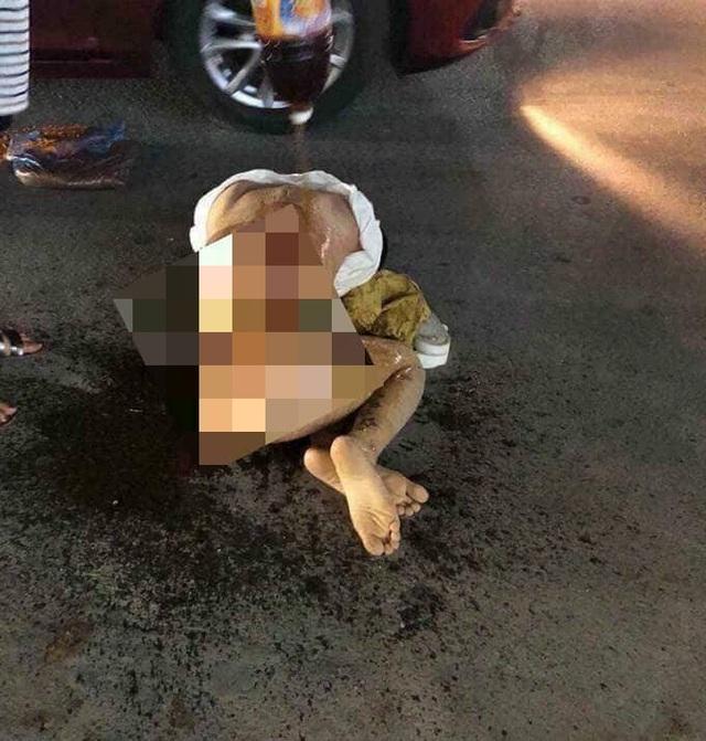 Hình ảnh cô gái bị đánh ghen kinh hoàng giữa phố.