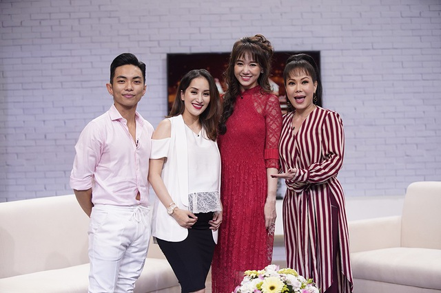 MC Hari Won - Việt Hương bên khách mời Khánh Thi - Phan Hiển