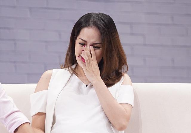 Khóc nức nở khi nghĩ lại mọi chuyện đã qua, Khánh Thi cho biết bản thân khi ấy đã phải chịu rất nhiều áp lực từ nhiều phía. Gia đình, bạn bè và cả xã hội đều ngăn cản tình yêu của cô và Phan Hiển khiến cô không ít lần phải nhập viện khi đang mang thai đứa con đầu lòng.