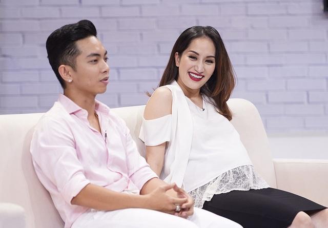 Khánh Thy chia sẻ thêm, ngay bản thân cô cũng bị sốc khi biết mình đã mang thai. Phan Hiển quyết định sang nhà Khánh Thi ở để thuận tiện chăm sóc cho cô.