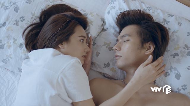 Cặp đôi còn có hình ảnh thân mật trên giường ngay tập đầu tiên lên sóng gây chú ý cho khán giả.