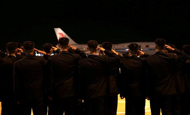 Các vệ sĩ đồng loạt giơ tay chào khi nhà lãnh đạo Kim Jong-un rời sân bay Changi, kết thúc 2 ngày làm việc tại Singapore.
