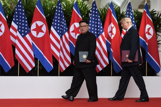 Nhà lãnh đạo Kim Jong-un và Tổng thống Donald Trump đã kết thúc hội nghị thượng đỉnh đầu tiên bằng việc ký kết một tuyên bố chung tại khách sạn Capella ở Singapore vào chiều 12/6. Ông Trump sau đó tổ chức họp báo công bố kết quả thượng đỉnh, trong khi ông Kim Jong-un trở về khách sạn.