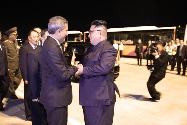 Ngoại trưởng Singaore Vivian Balakrishnan đã tới sân bay bắt tay và tiễn nhà lãnh đạo Kim Jong-un trước khi ông lên máy bay về nước. Trước đó, Ngoại trưởng Balakrishnan cũng đã đưa ông Kim Jong-un đi tham quan một số điểm du lịch tại Singapore vào tối 11/6.