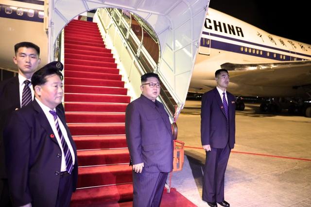Nhà lãnh đạo Kim Jong-un rời Singapore vào khoảng 23h20 trên máy bay của hãng hàng không Air China. Đây là máy bay do Triều Tiên mượn của Trung Quốc để phục vụ cho chuyến đi của ông Kim Jong-un.