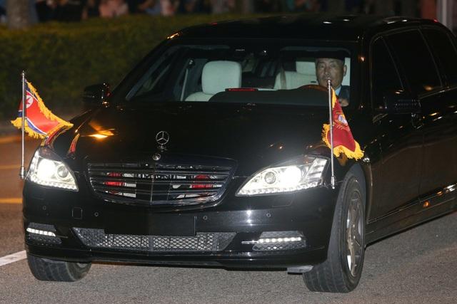 Chiếc limousine chống đạn gắn quốc kỳ Triều Tiên đưa ông Kim Jong-un tới sân bay Changi.