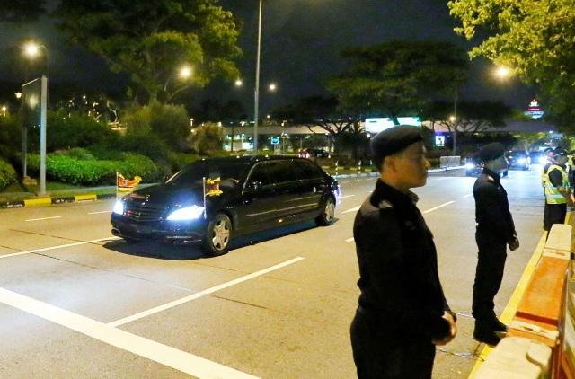 Tương tự những lần trước đây, an ninh được thắt chặt tại các tuyến đường nơi đoàn xe chở ông Kim Jong-un đi qua.