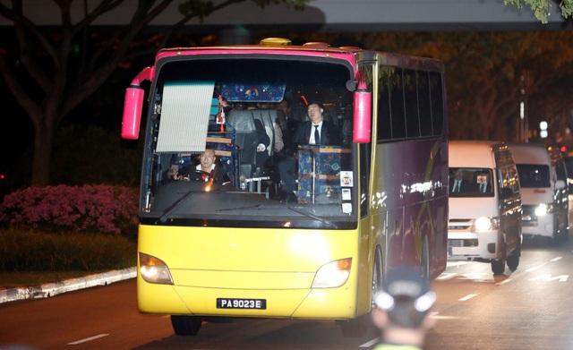 Xe chở phái đoàn Triều Tiên tới sân bay Changi trong đêm 12/6. Phái đoàn tháp tùng nhà lãnh đạo Triều Tiên tới Singapore lần này gồm nhiều quan chức cấp cao, trong đó có em gái ông Kim Jong-un - bà Kim Yo-jong.