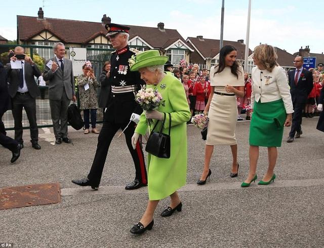 Đông đảo người dân hai bên đường chào đón Nữ hoàng và công nương.