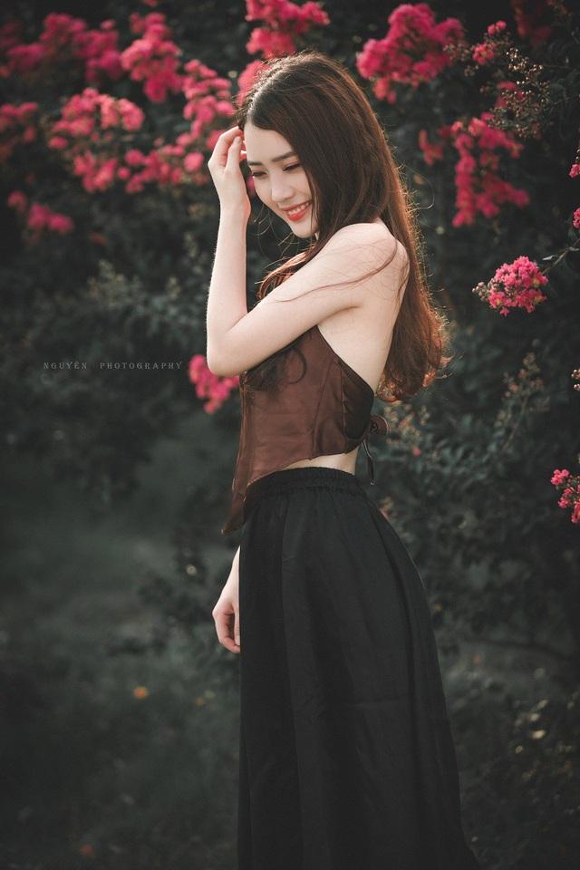 Trong khi nhiều bạn trẻ lựa chọn yếm để chụp sen, với nhiều kiểu tạo dáng táo bạo thì Phương cũng chọn yếm nhưng chọn chụp cùng hoa tường vi, trên tay cầm bông sen.