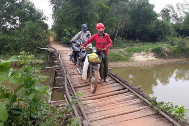 Cây cầu gỗ tạm không chịu đựng nổi nhiều phương tiện đi qua