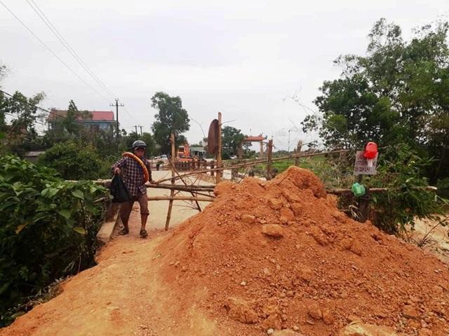 Đơn vị thi công đổ đất ngăn người dân qua cầu