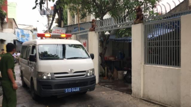 Xe cứu thương đưa 2 thi thể về nhà xác để khám nghiệm, điều tra