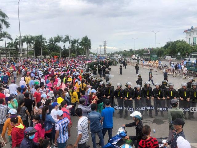 Công an lập hàng rào kiểm soát tình hình tại công ty Pou Yuen