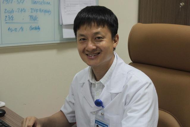 PGS.TS Nguyễn Xuân Hợi cho biết, hạnh phúc nhất đối với anh là chứng kiến giây phút những em bé chào đời trong sự xúc động của các cặp vợ chồng hiếm muộn