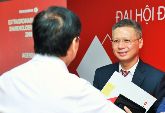 Tổng Giám đốc Nguyễn Lê Quốc Anh trao đổi với các cổ đông bên lề đại hội