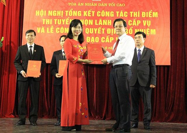 Phó Chánh án TANDTC Lê Hồng Quang trao quyết định bổ nhiệm lãnh đạo Vụ cho những người trúng tuyển (Ảnh: Trần Thanh)