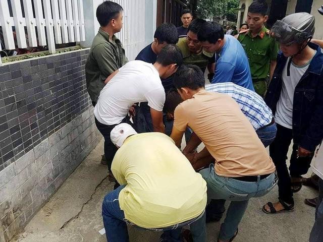 Bắt thanh niên nghi ngáo đá cầm dao cố thủ trên mái nhà dân - 3