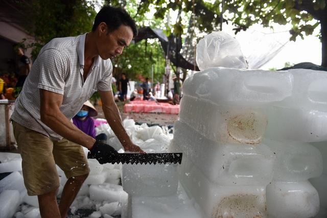 Nhân công phải tiếp xúc với đá lạnh hàng giờ đồng hồ.