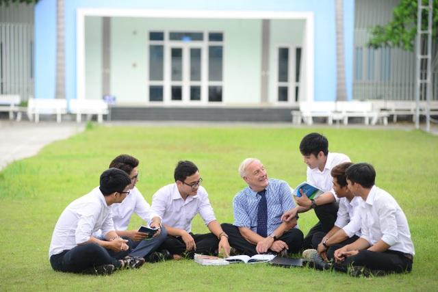 Thầy và trò cùng trao đổi thảo luận sau giờ lên lớp - Ảnh: Đại học Văn Hiến.
