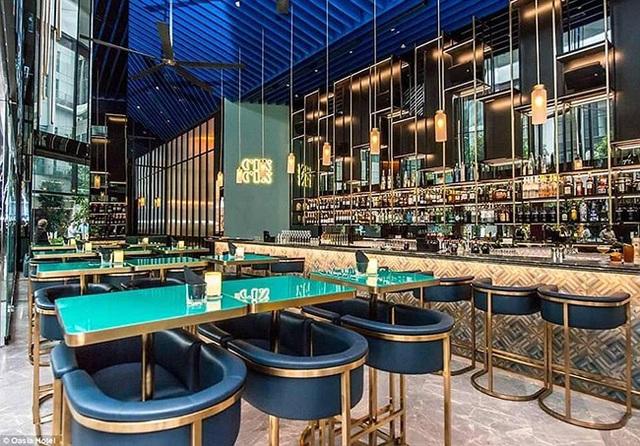 Quầy bar Cin Cin cung cấp gần 100 loại đồ uống khác nhau, có nguồn gốc từ khắp nơi trên thế giới