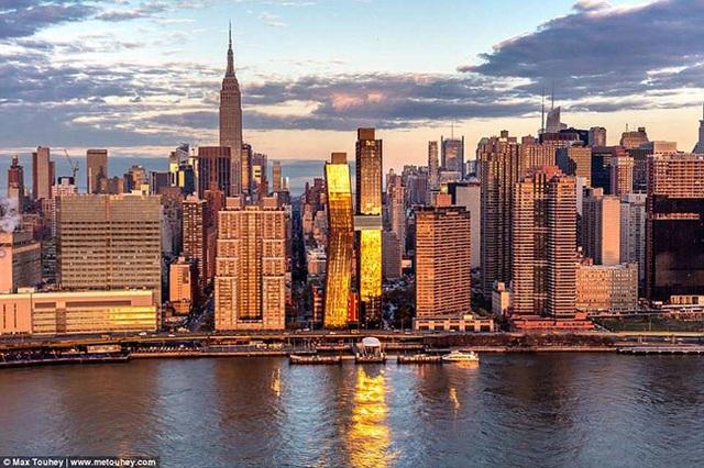 2. Tòa nhà cao nhất châu Mỹ - American Copper, New York Tòa nhà nổi bật giữa lòng thành phố New York Nằm bên bờ sông East của thành phố New York, American Copper được mệnh danh là tòa nhà cao nhất ở châu Mỹ. Mặt tiền của tòa nhà phủ bằng đồng ở phía bắc và phía nam. Theo thời gian, chúng sẽ chuyển sang màu xanh giống Tượng Nữ Thần Tự Do, như một cách nhằm tạo tính biểu tượng sau này.