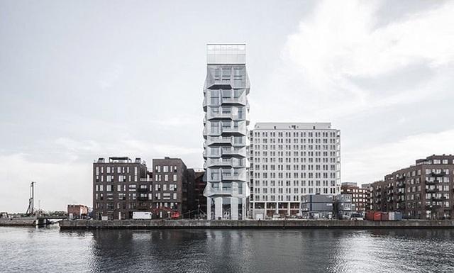 3. Tòa nhà cao nhất châu Âu - The Silo, Copenhagen  Silo nằm ở khu vực Nordhavn của Copenhagen Từ một tòa nhà cũ kỹ trong khu vực trước đây là công nghiệp của Copenhagen, Silo giờ đây đã thay đổi thành một khu dân cư cao cấp, hiện đại. Nội thất tòa nhà được bảo quản cẩn thận, trong khi mặt tiền làm bằng thép mạ kẽm để tạo ra một tấm chắn giảm thiểu sự nóng lên của khí hậu.