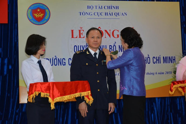 Bà Vũ Thị Mai, Thứ trưởng Bộ Tài chính đã đến dự và trao quyết định cho ông Đinh Ngọc Thắng.