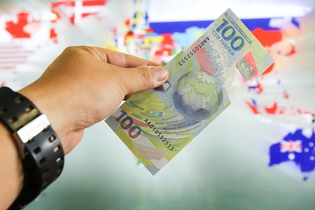 Nga phát hành khoảng 200 triệu tờ tiền kỷ niệm World Cup 2018. Ở Việt Nam, một số người cũng mua tờ tiền này làm kỷ niệm.
