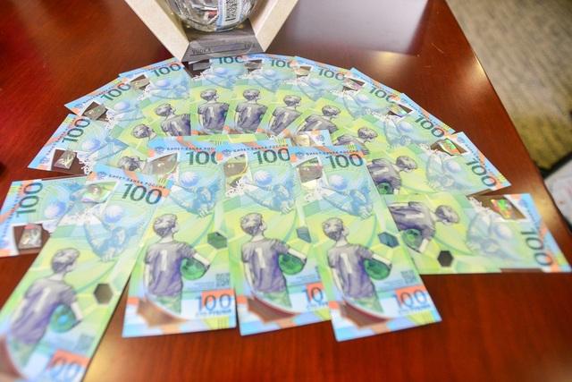 Mới đây, Nga phát hành tờ tiền 100 Rúp phiên bản đặc biệt kỷ niệm World Cup 2018.