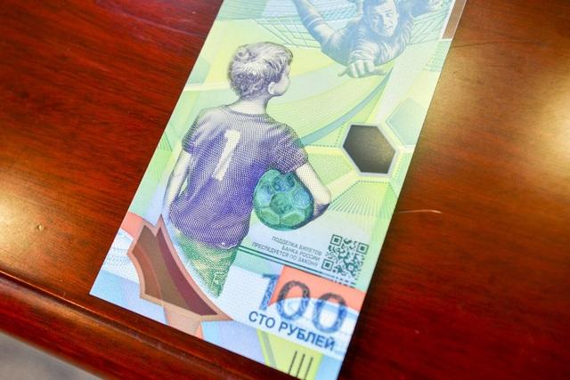 Đây là lần đầu tiên Nga phát hành tờ tiền mang chủ đề bóng đá.