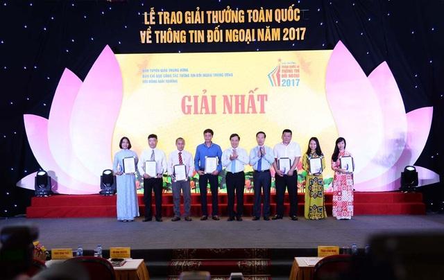 Ủy viên Bộ Chính trị - Phó Thủ tướng Phạm Bình Minh và Ủy viên Bộ Chính trị - Trưởng Ban Tuyên giáo Trung ương Võ Văn Thưởng trao giải Nhất cho các tác giả, nhóm tác giả