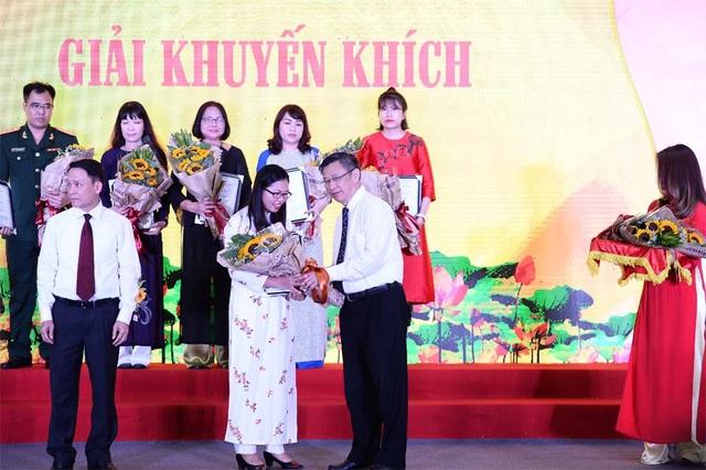 Tác giả Hoàng Thị Hồng Lam (bút danh Hoàng Lam) của Báo điện tử Dân trí vinh dự lên nhận giải Khuyến khích.