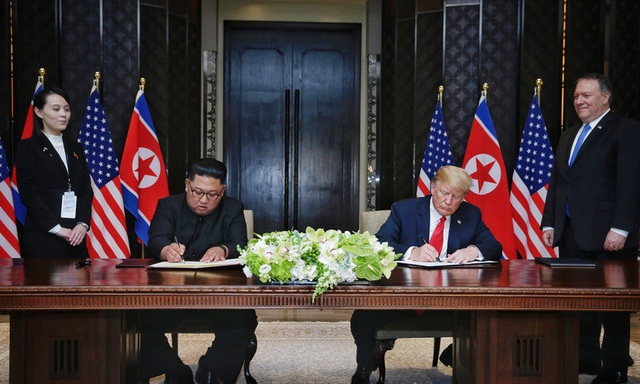 Ông Kim Jong-un dùng bút của em gái để ký thỏa thuận thay vì dùng bút có sẵn trên bàn. (Ảnh: AFP)