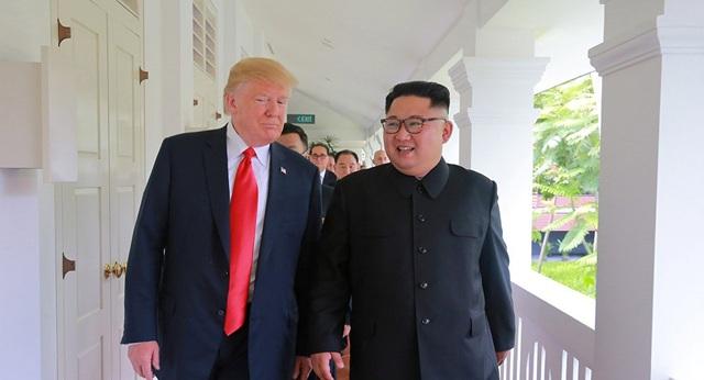 Tổng thống Donald Trump và nhà lãnh đạo Kim Jong-un trong cuộc gặp tại Singapore (Ảnh: Reuters)