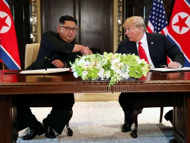 Tổng thống Trump và nhà lãnh đạo Kim Jong-un ký tuyên bố chung tại thượng đỉnh ở Singapore (Ảnh: Reuters)