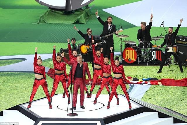 Robbie Williams tràn đầy năng lượng trên sân khấu