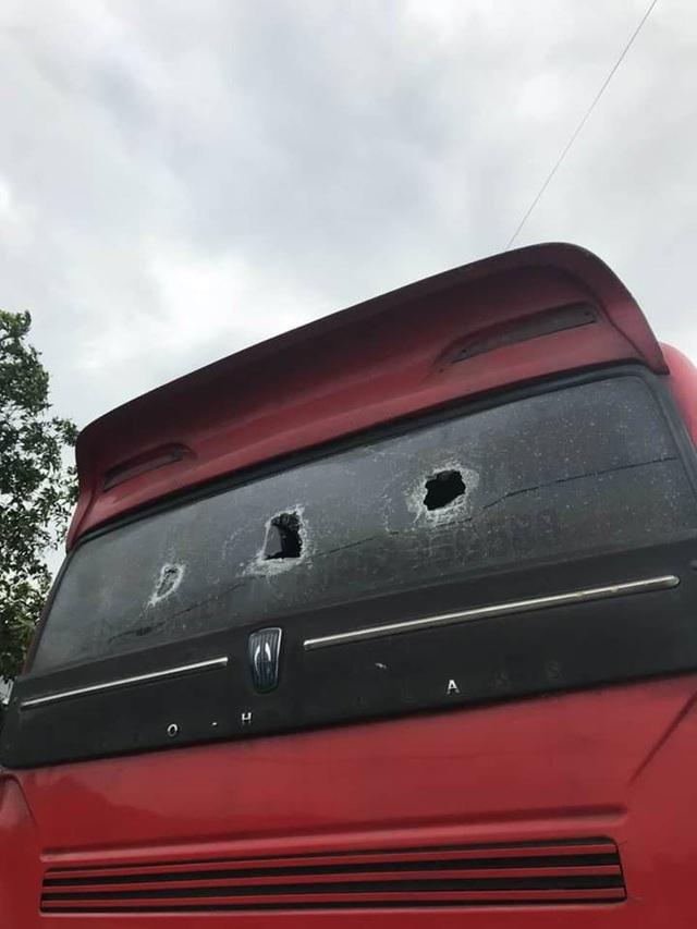 Trước đó xe khách của gia đình anh Mười cũng đã liên tiếp bị các đối tượng tấn công, vợ anh Mười từng bị hành hung dẫn đến thương tích vào năm 2017